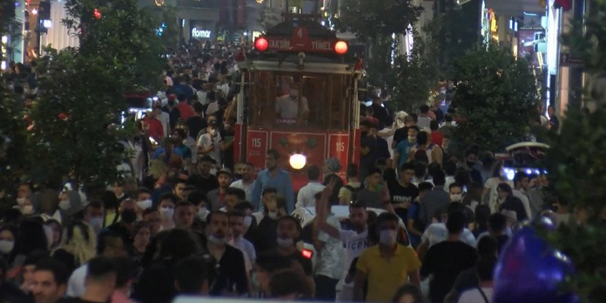 İstiklal Caddesi'nde maske ve sosyal mesafe unutuldu
