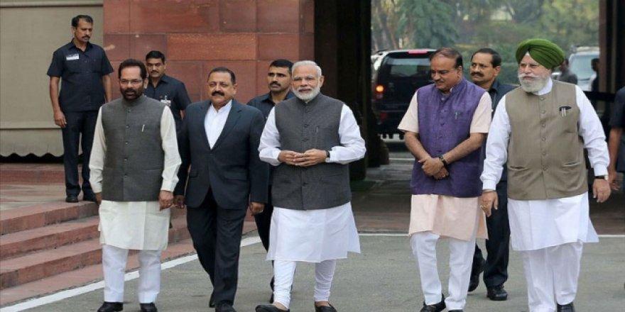 Modi, tartışmalı tapınağın temel atma törenine katıldı