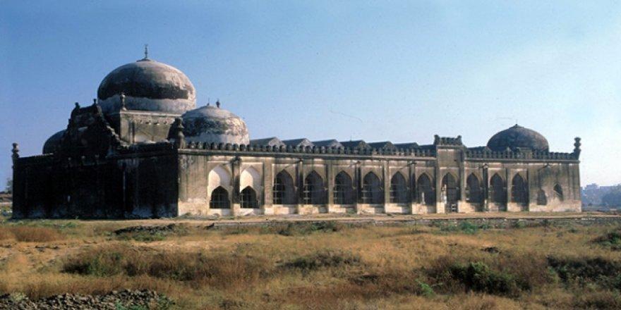 Cami arsasına Hindu tapınağı inşası