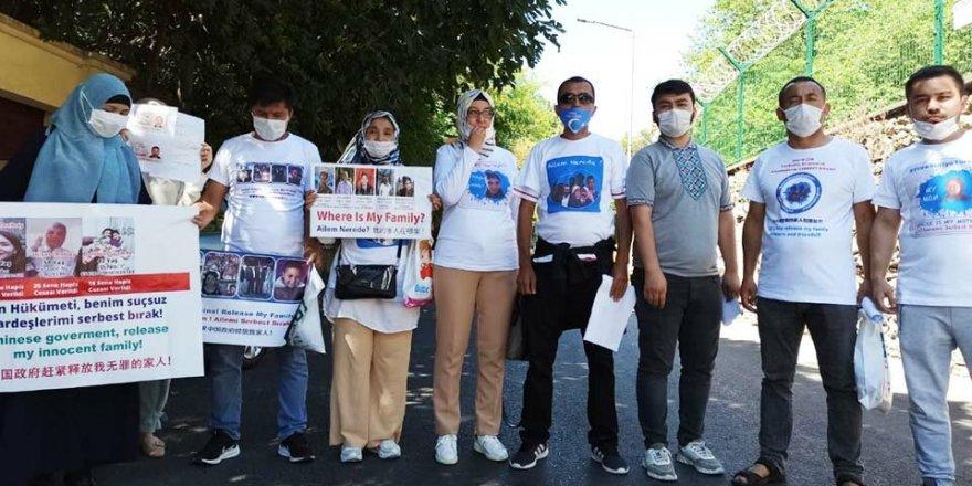 Ailelerini arayan Uygur Türkleri İstanbul'daki Çin Konsolosluğu'ndan geri çevrildi
