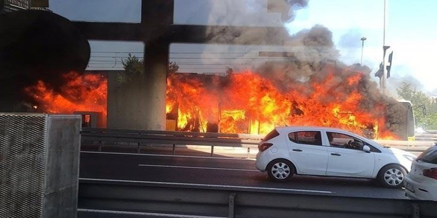 Metrobüs durağında yangın çıktı!