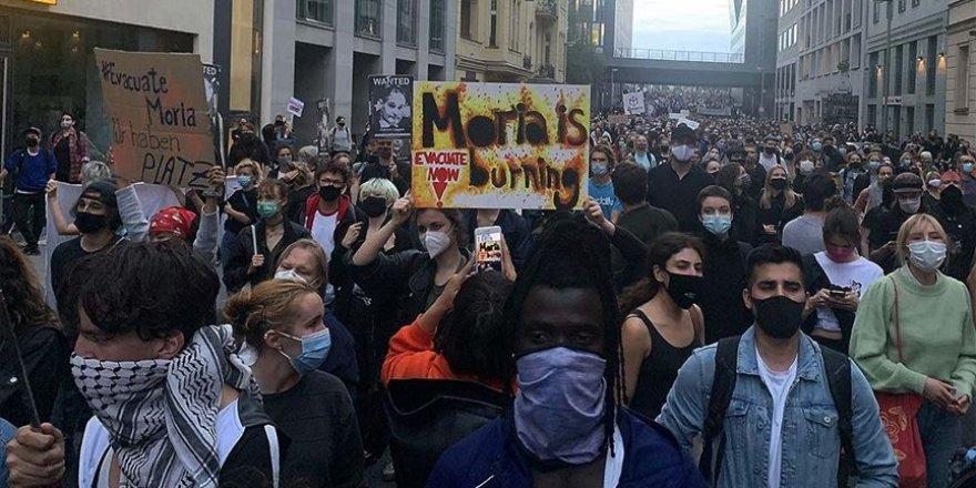 Almanya'da düzenlenen gösterilere katılan binlerce kişi mültecilerin ülkeye getirilmesini istedi