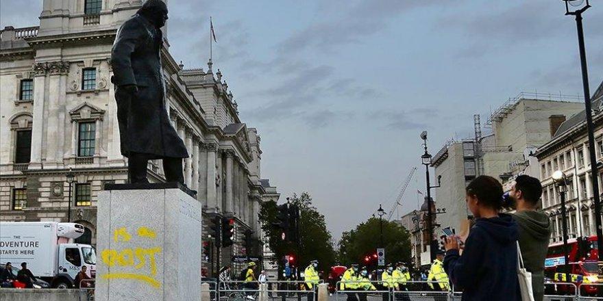 Churchill'in heykelinin kaidesine yeniden 'ırkçı' ifadesi yazıldı