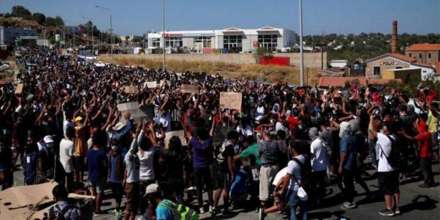 """Moria adasında sıkışan mülteciler: """"Yeni kamp değil, özgürlük istiyoruz!"""""""