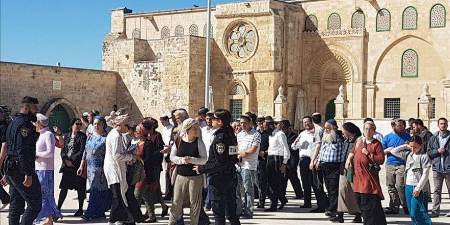 Onlarca fanatik Yahudi, Mescid-i Aksa'ya baskın düzenledi