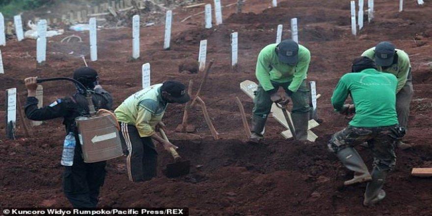Endonezya'da maske takmayanlara mezar kazma cezası
