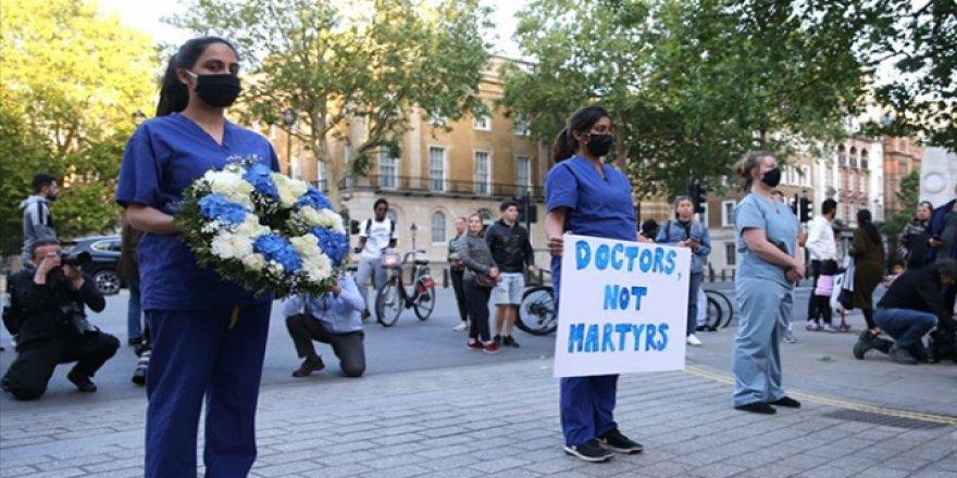 İngiltere'de sağlık çalışanları COVID-19 testi yetersizliğinden işlerine gidemiyor
