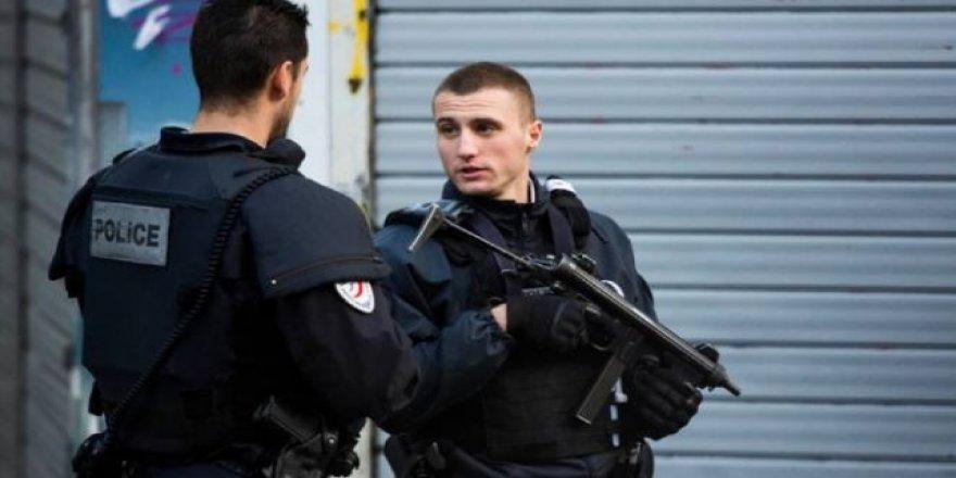 Eski Charlie Hebdo ofisi yakınında bıçaklı saldırı