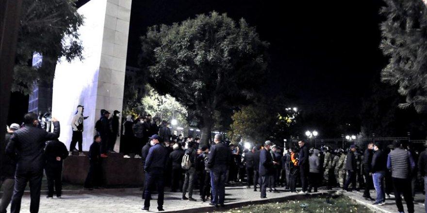 Kırgızistan'da göstericiler Cumhurbaşkanlığı Sarayını ve parlamentoyu işgal etti