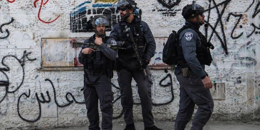 Siyonist İsrail güçlerinden Batı Şeria'daki Filistinli polislere gözaltı