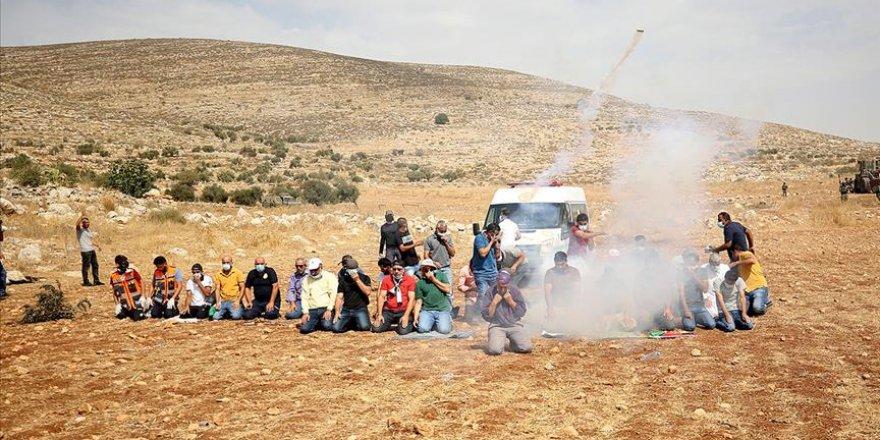 Siyonist İsrail güçleri Batı Şeria'da namaz kılan Filistinlilere göz yaşartıcı gazla saldırdı