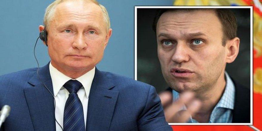 Navalnıy Berlin dönüşü Moskova'daki havaalanında gözaltına alındı