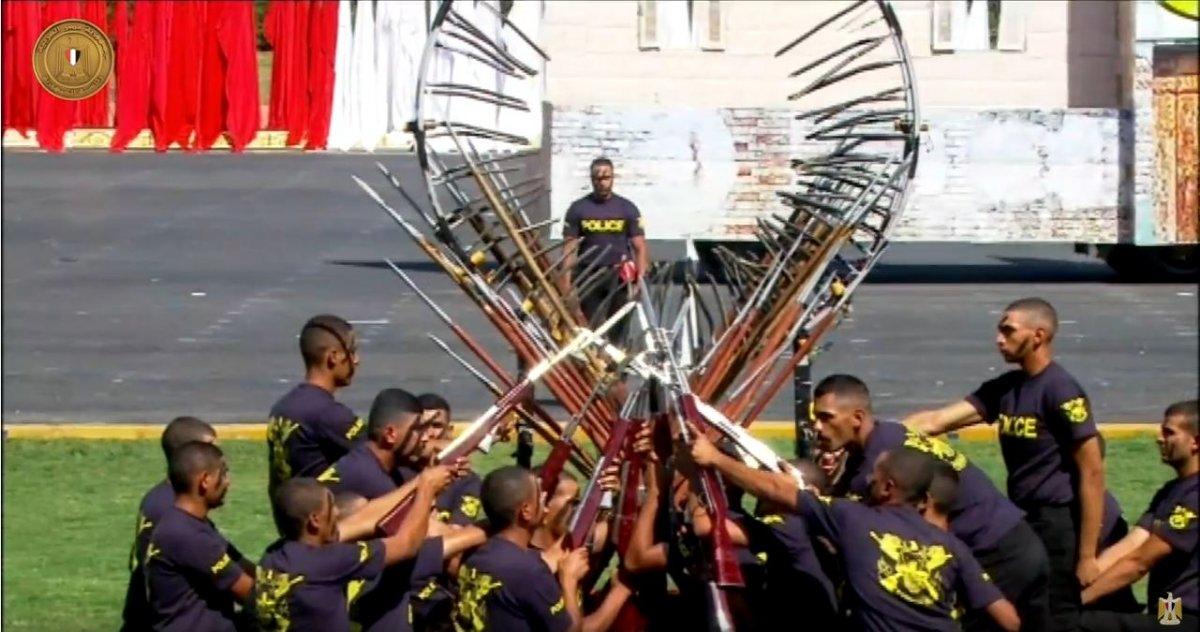 Sisi ordusundan 'sirk' gösterisi