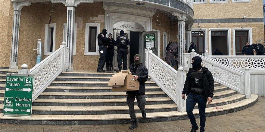 Berlin'de polis camiye botlarla girerek arama yaptı