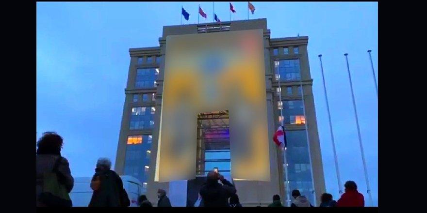 Fransa'da Charlie Hebdo'nun hakaret içerikli karikatürleri devlet binalarına yansıtıldı