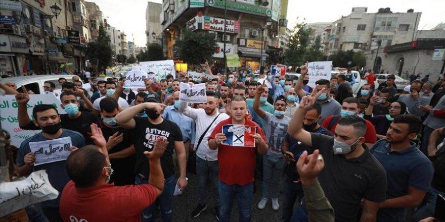 Batı Şeria'da Fransa'yı protesto eden Filistinliler Macron'un fotoğraflarını yaktı