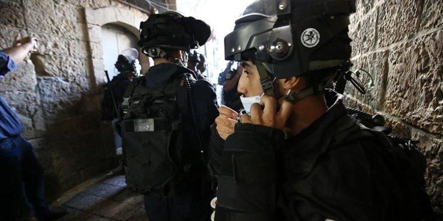 Siyonist İsrail yüzlerce Filistinlinin Mescid-i Aksa'ya girişine izin vermedi