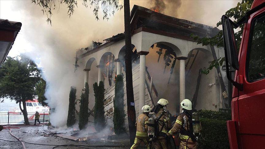 Üsküdar'daki yangında tarihi cami kullanılamaz hale geldi