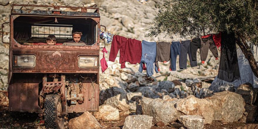"""İdlibli mazlumlar, """"çamur"""" kentlerini yaşam alanına çevirmek için yardım bekliyor"""