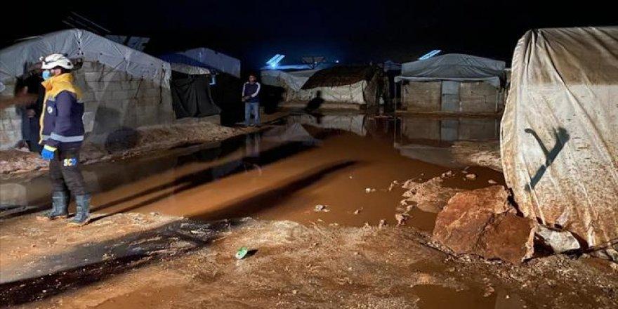 Şiddetli sağanak sonucu İdlip'teki kamplar sular altında kaldı