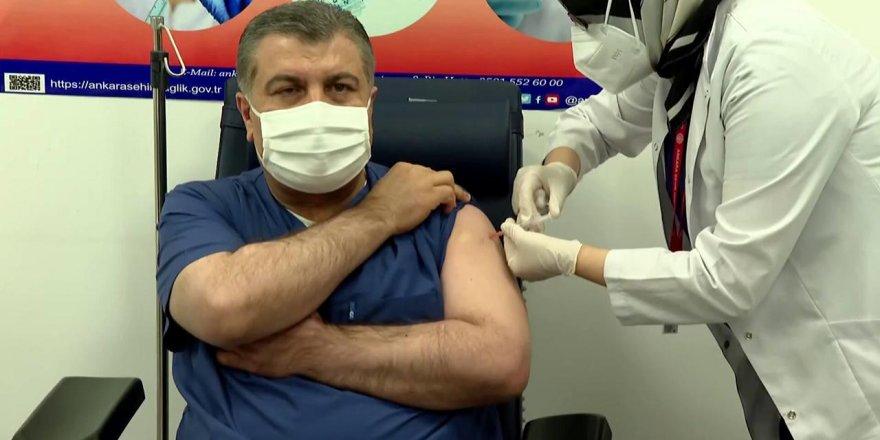 Bakan Koca ve Bilim Kurulu üyeleri canlı yayında aşı oldu