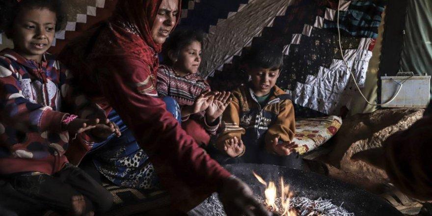 İdlib'de yüz binlerce sivil çadırlarda ısınmak isterken sağlığından oluyor