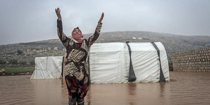 Çadırları sular altında kalan 50 bin İdlibli kardeşimizin çaresizliği yürek dağlıyor
