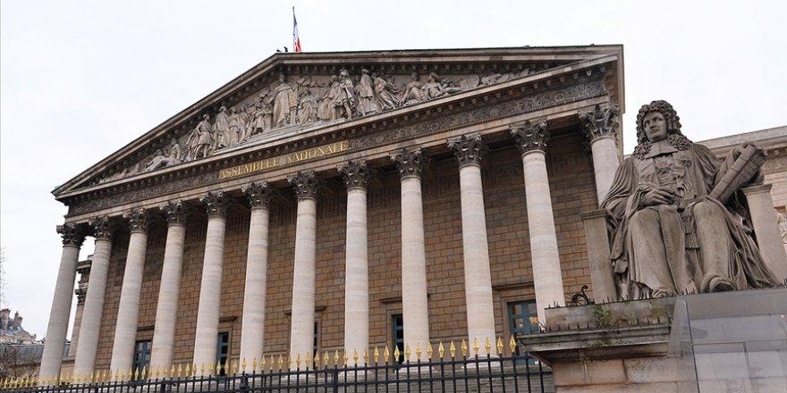 Fransa'da Müslümanları ötekileştiren yasa tasarına tepkiler sürüyor