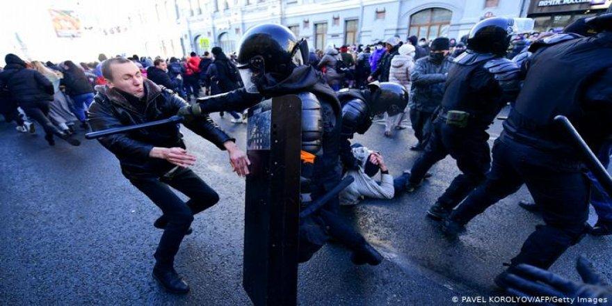 Navalni'ye destek gösterilerinde gözaltı sayısı bini aştı