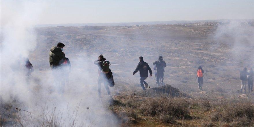 Siyonist yerleşimciler, Filistinli göstericilere köpeklerle saldırdı