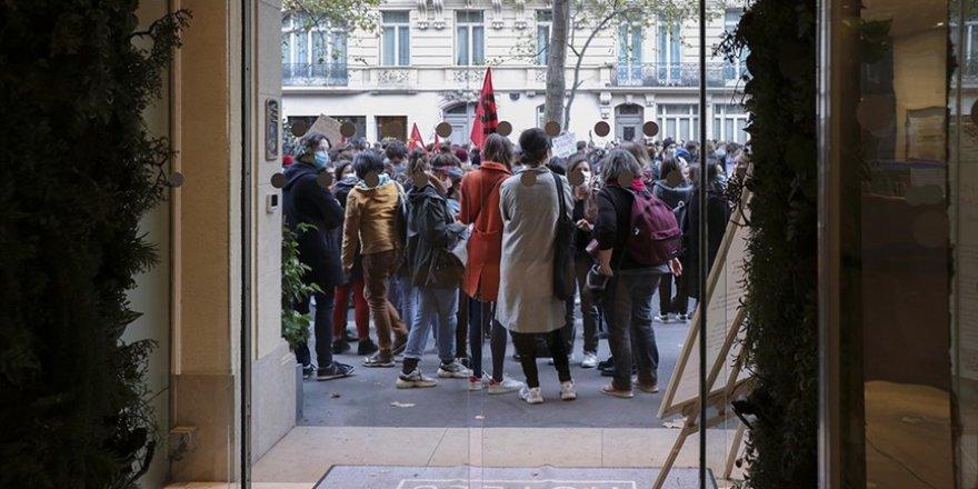 Fransa'da öğretmen ve okul hemşireleri greve gitti
