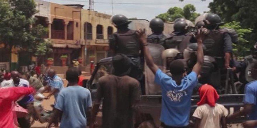 Mali'de askeri cunta resmen dağıtıldı