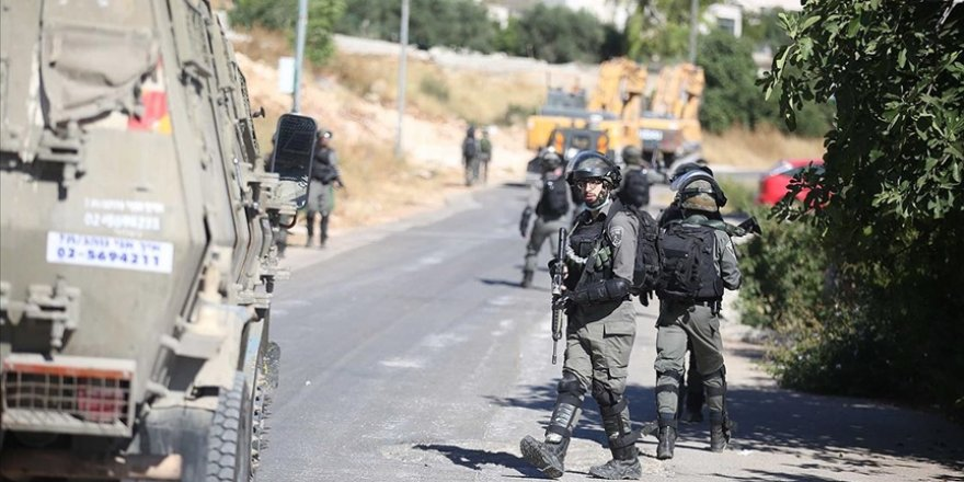 Siyonist İsrail güçleri evlerine baskın düzenledikleri Filistinli aileye işkence etti