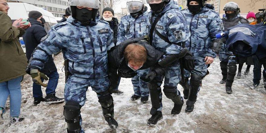 Rusya'da Navalny'ın eşi de dahil 5 bin kişiye gözaltı