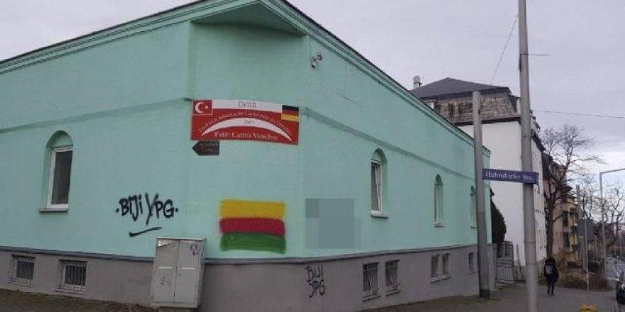 Almanya'da PKK yandaşlarından camiye boyalı saldırı