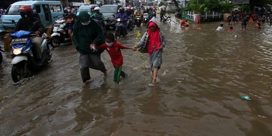 Endonezya'daki doğal afetlerde 213 kişi vefat etti