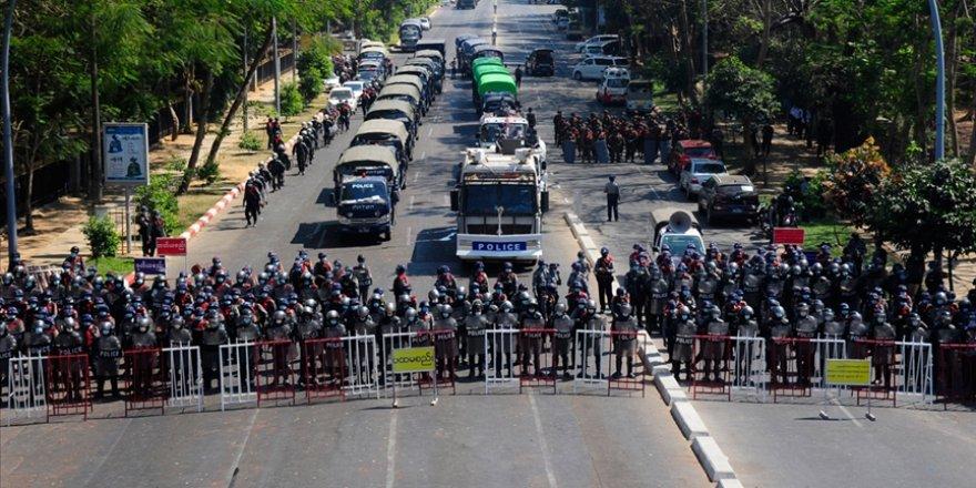 Myanmar'da darbeciler Suu Çii'nin partisinin merkez binasını bastı