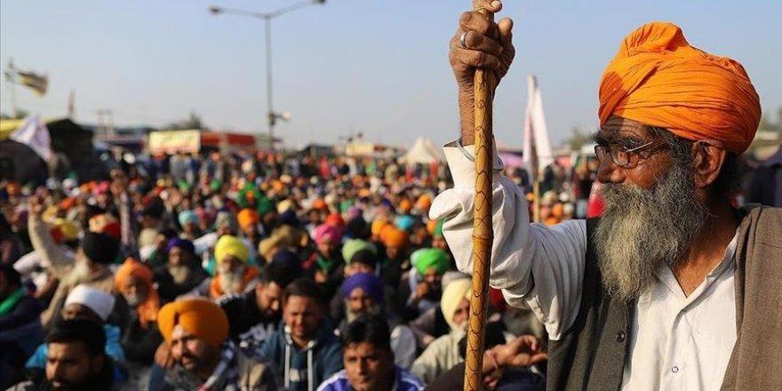 Hindistan'da protestocu çiftçiler demir yollarını kapattı