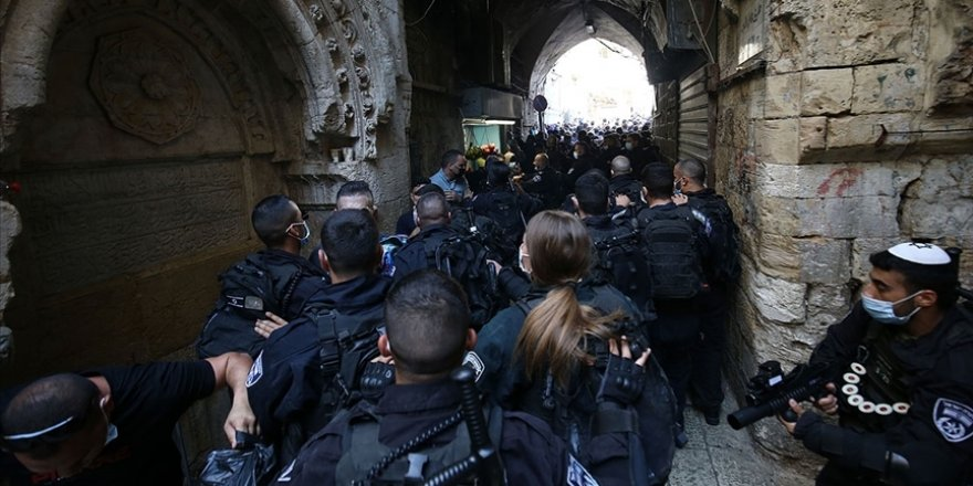 Siyonist İsrail polisi Mescid-i Aksa'da 5 Filistinliyi gözaltına aldı