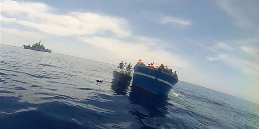 İtalya açıklarında göçmenleri taşıyan tekne alabora oldu
