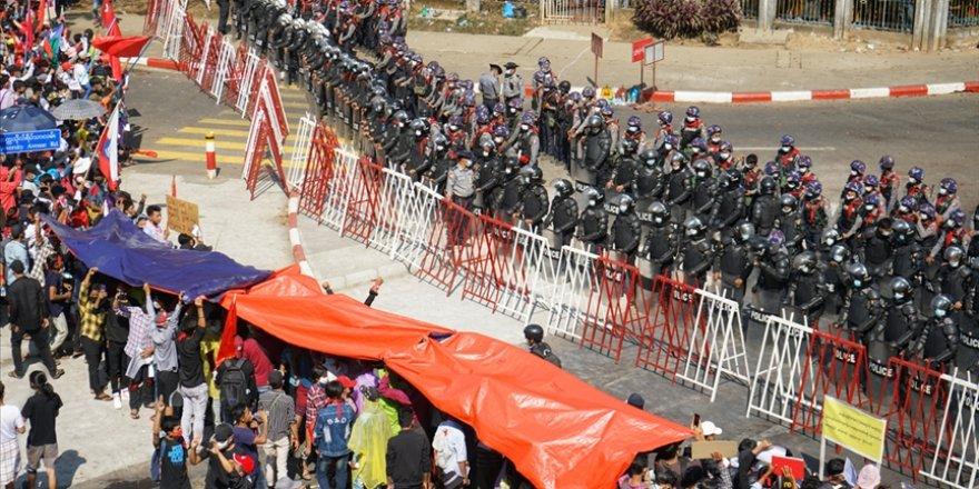 Myanmar'da darbeciler protestoculara ateş açtı: 2 ölü