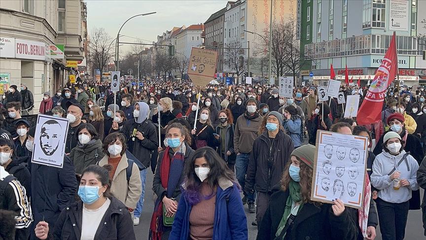 Almanya'da ırkçı saldırıda hayatını kaybedenlerin anıldığı yürüyüşe binlerce kişi katıldı
