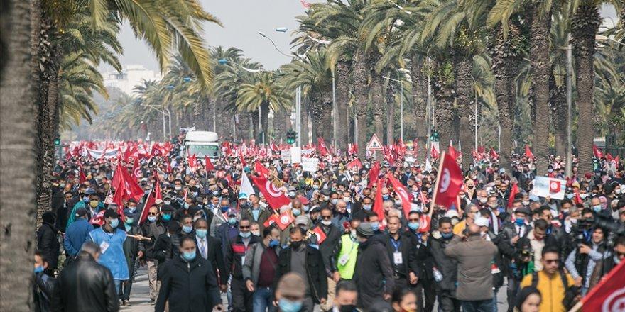 Tunus'ta Nahda'nın yürüyüş çağrısıyla binlerce kişi sokağa indi