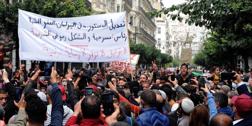 """Cezayir Cumhurbaşkanı Tebbun, yeni seçim yasasıyla sokaktaki """"değişim"""" talebini karşılamaya çalışıyor"""