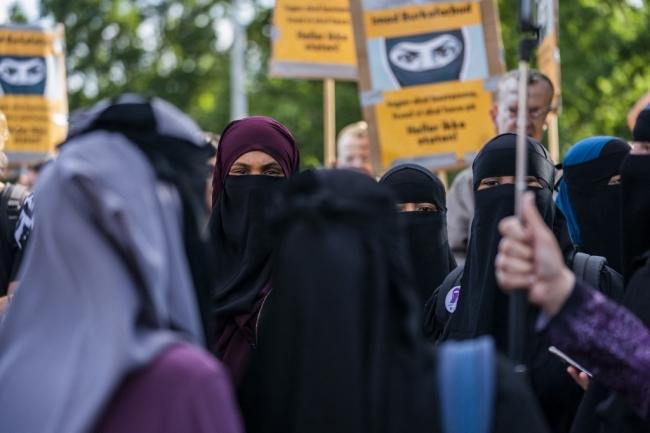 Avrupa'da yükselen İslam karşıtlığı: Burka ve peçe yasakları
