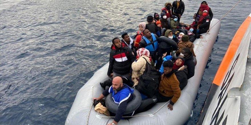 Ege'de mahsur kalan 64 sığınmacı kurtarıldı