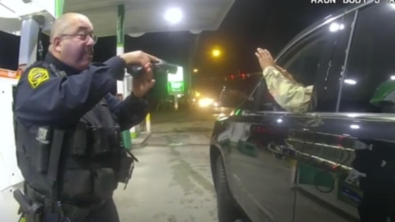 ABD polisi siyahi askere silah çekti, biber gazı sıktı