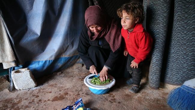 İdlib'deki kamplarda yoksulluk içinde ilk iftar