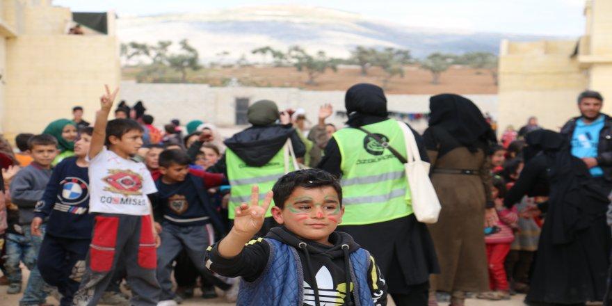 Özgür-Der üyeleri ve Özgür-Der Üniversite Gençliği Suriye'de çocuklarla buluştu