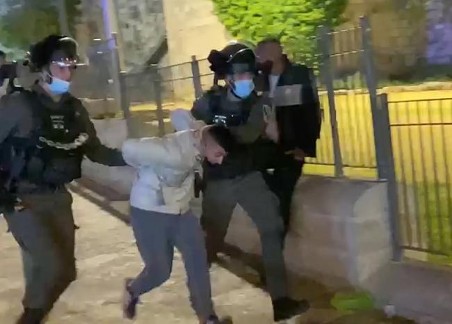 Siyonist İsrail polisi Filistinli gençlere saldırdı